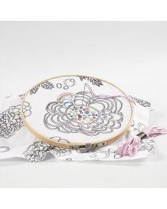 Tela estampada bordada con hilos de colores