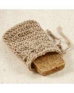Una bolsa de jabón de ganchillo de cordel natural.