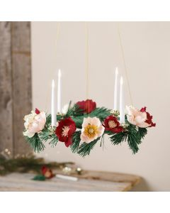 Una corona de Adviento con flores de papel crepe
