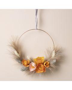 Una corona de otoño con flores de papel crepe y pampas de hierba