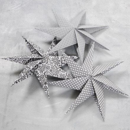 Estrella de siete puntas hecha con trozos de papel cuadrados