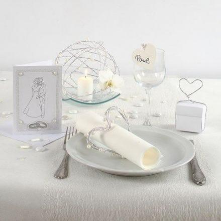 Invitación y decoraciones de mesa para una boda blanca