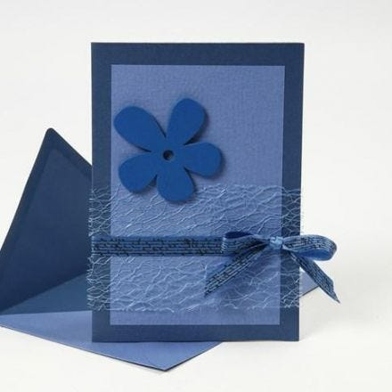 Postal azul con materiales de la serie Happy Moments