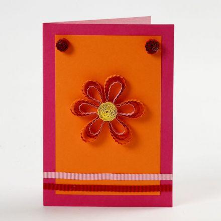 Postal con flor y papel decorativo de quilling