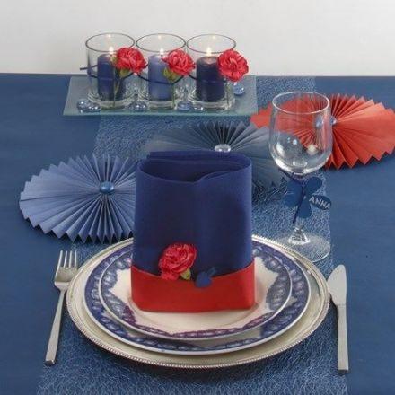 Decorar una mesa en azul y toques de rojo