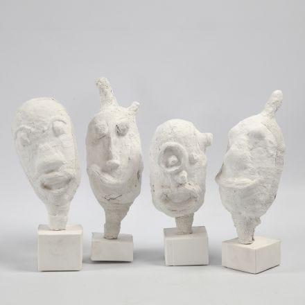 Retratos como esculturas hechas de un globo y vendas