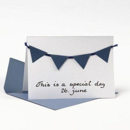Postal decorada con banderínde papel texturizado azul