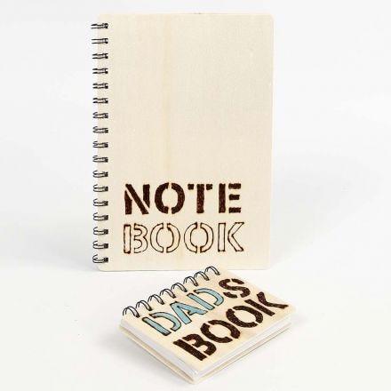 Libreta de madera con letras grabadas