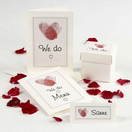 Invitación de boda y decoración de mesa con corazones de huellas dactilares