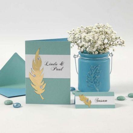Invitaciones y tarjetas para nombre con plumas doradas