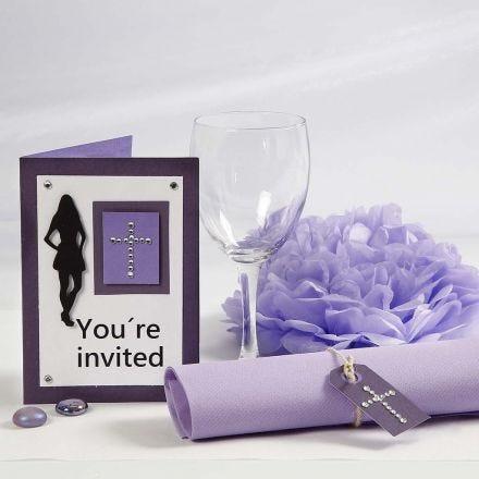 Invitaciones y decoración de mesa lila para fiesta de confirmación