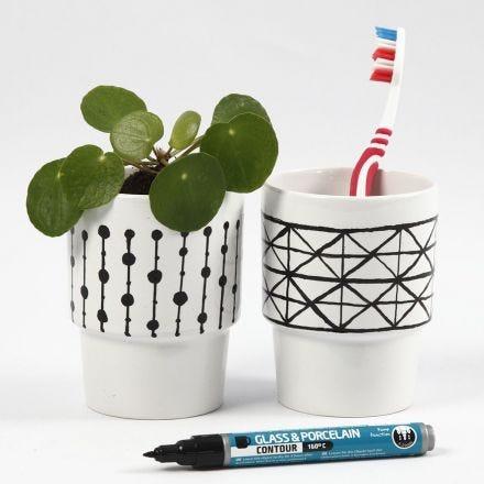Taza blanca con diseño gráfico