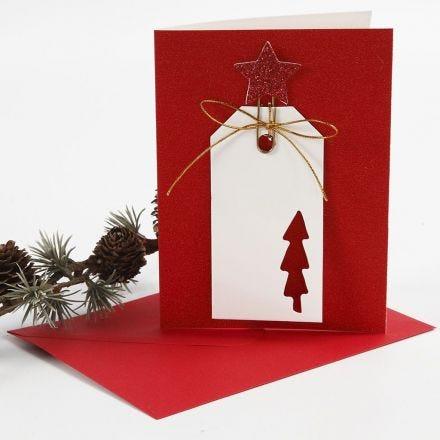 Una tarjeta de felicitación brillante con una etiqueta de regalo en un clip metálico decorativo