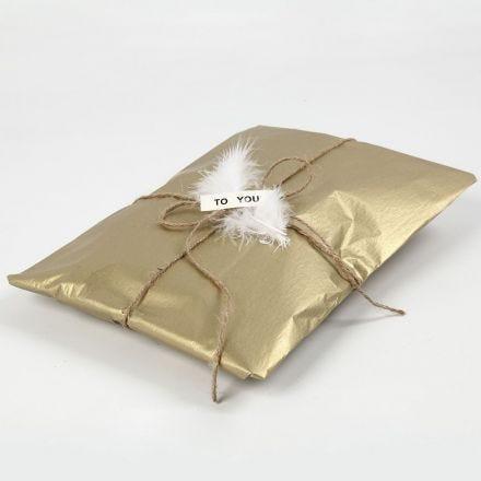 Papel de regalo con papel de seda dorado