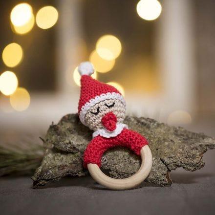 Un sonajero de elfo bebé de ganchillo de hilo de algodón