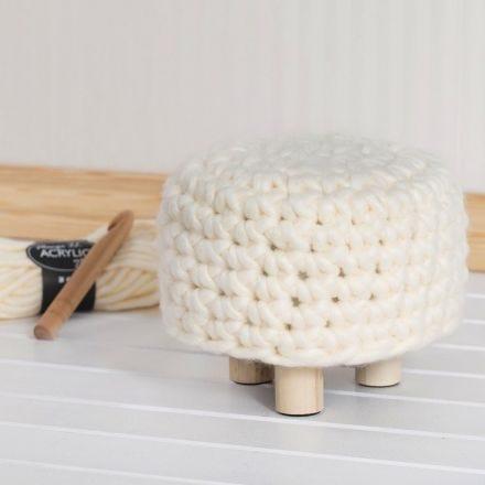Puf con cobertura de ganchillo hecha con lana XL