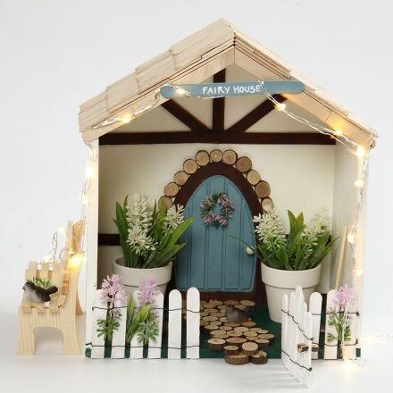 Una pequeña casa de hadas en una caja de almacenamiento