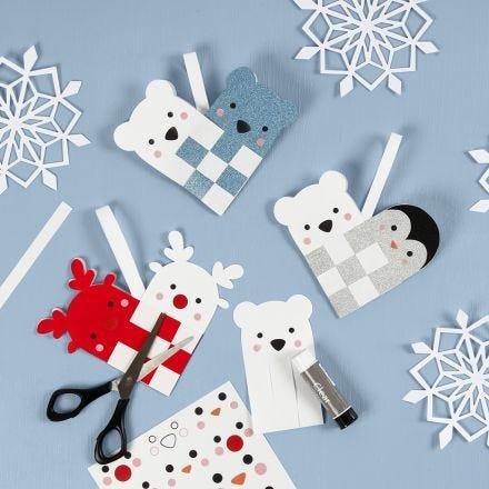 Una cesta en forma de corazón de navidad con animales polares