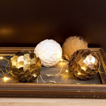 Un adorno navideño con papel de imitación de cuero hecho para parecerse a un cono