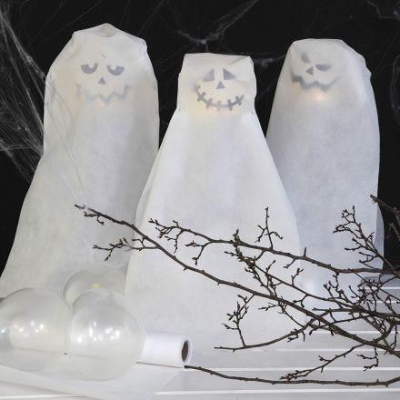 Fantasmas hechos de globos con luces LED a pilas