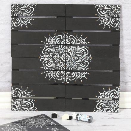 Una decoración de pared con estampado étnico usando una plantilla