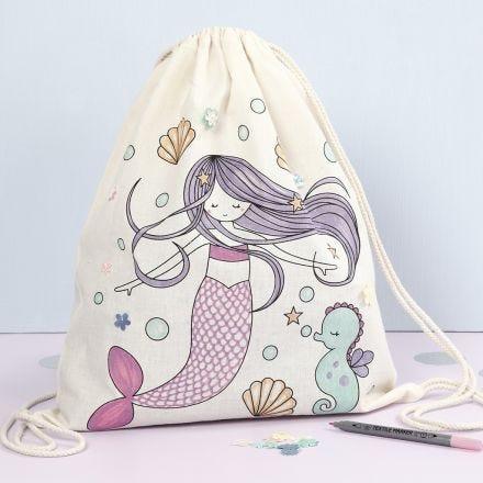 Una bolsa de cordón con un diseño de sirena preimpreso decorado con rotuladores textiles y lentejuelas