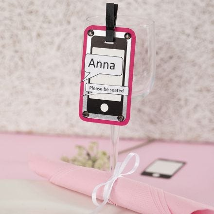 Una tarjeta de lugar a partir de una tarjeta recortada en forma de teléfono móvil, tarjeta de lámina metálica y papel texturizado