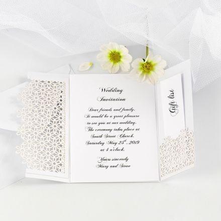 Una invitación de boda decorada con una tarjeta troquelada