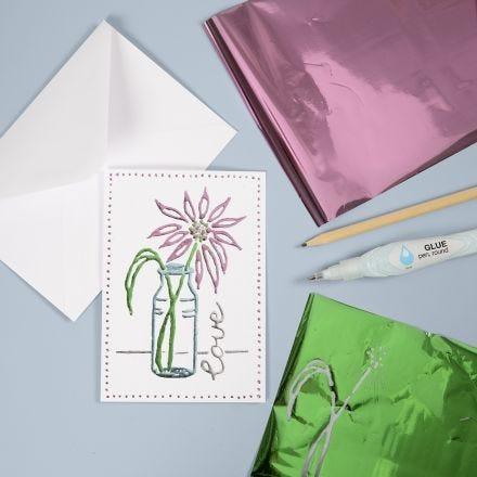 Una tarjeta de felicitación con papel Deco Foil con un diseño dibujado a mano