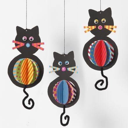 Decoraciones colgantes de tarjetas en forma de gato con coloridas barrigas y colas de limpiapipas.