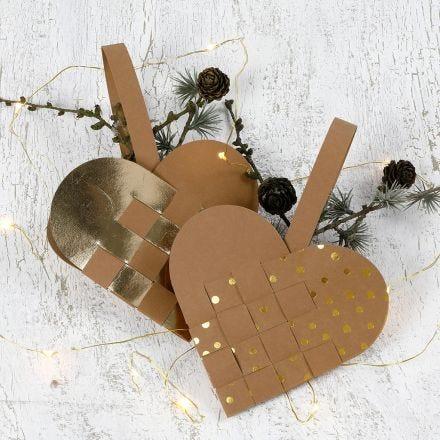 Una cesta navideña en forma de corazón hecha de papel de imitación al cuero.