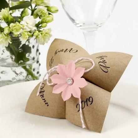 Una carta de menú del Adivinador de papel con una flor troquelada