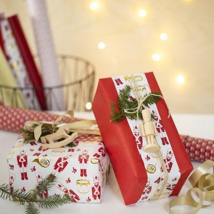 Envoltorio creativo para regalo de Navidad con dos tipos de papel de regalo y una figura de madera