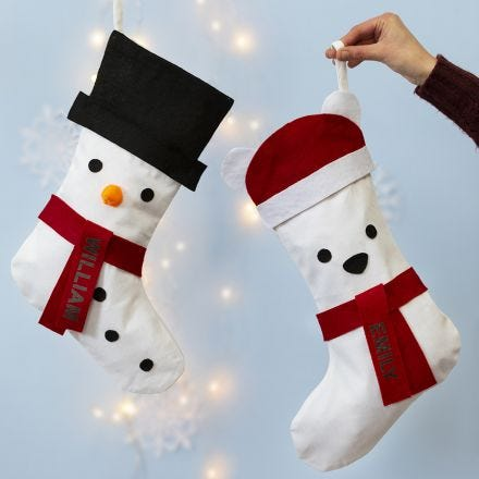 Un calcetín navideño decorado como un muñeco de nieve y un oso polar.