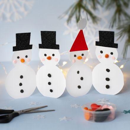 Una hilera de muñecos de nieve decorados con Silk Clay