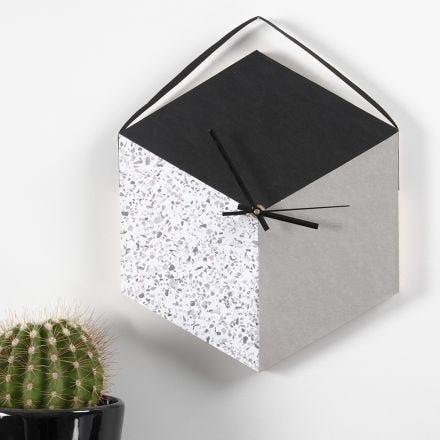 Un reloj hecho con una bandeja y papel imitación al cuero