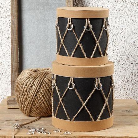 Cajas de papel mâché decoradas como tambores con papel imitación cuero, aros de plástico y cordel natural
