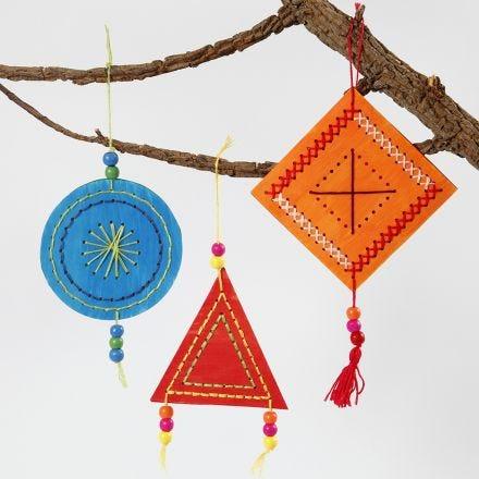 Coloridas decoraciones bordadas para colgar
