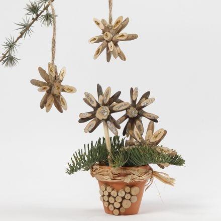 Estrellas de Navidad de discos de madera decorados con pegamento de purpurina