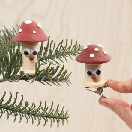 Hongo venenoso hecho de bobinas decoradas con Silk Clay y ojos móviles