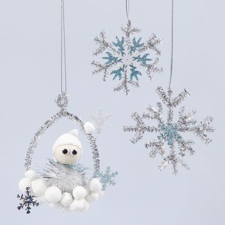 Decoraciones colgantes brillantes con un duende y copos de nieve