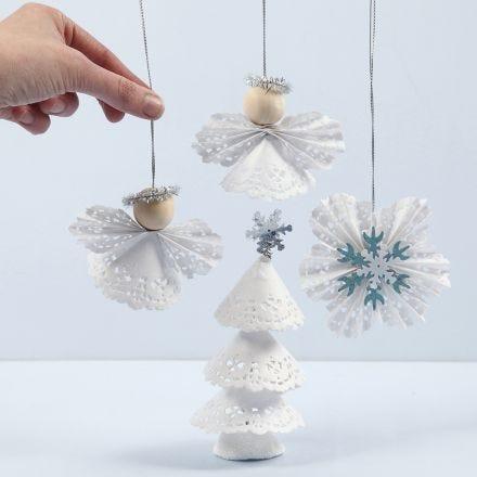 Decoraciones navideñas hechas de doilies