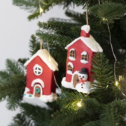 Casas de Navidad papel maché  para colgar decoradas con arcilla de espuma