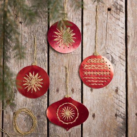 Bola de Navidad hecho con tarjeta de punto de cruz bordado con hilo de oro