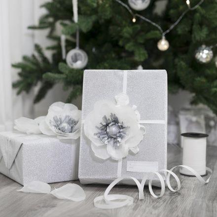 Envoltura de regalo decorada con una flor de papel de seda