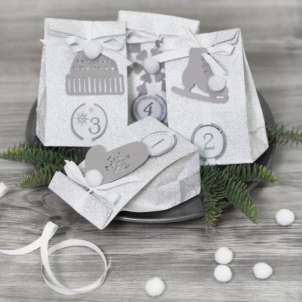 Calendario de Adviento presenta decorado con decoraciones de papel y pompones