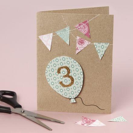 Una tarjeta de cumpleaños con detalles cosidos.