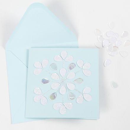 Una tarjeta de felicitación con pegamento brillante y lentejuelas.