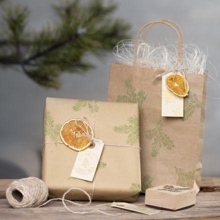 Envoltorio de regalo con diseños estampados y materiales naturales