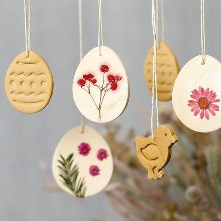 Decoraciones colgantes de arcilla auto-endurecida con flores secas